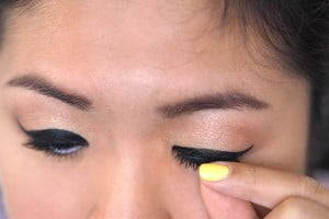 How to apply fake eyelashes!